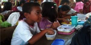 Philippine kids eating